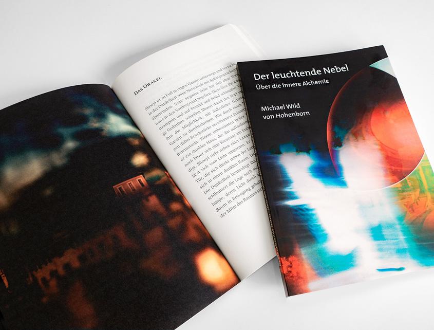Buchcover und aufgeschlagenes Buch